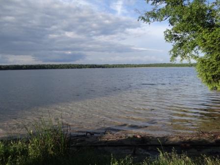 Świteź tam jasne rozprzestrzenia wody
