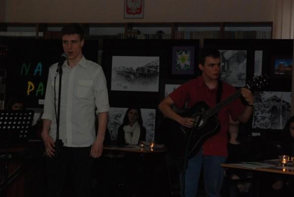 Śpiewa Karol Czarnowicz, na gitarze akompaniuje Maksymilian Michalski