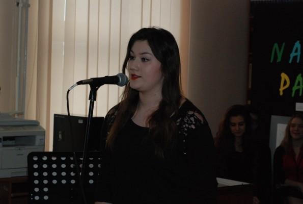 Śpiewa Karolina Sętorek