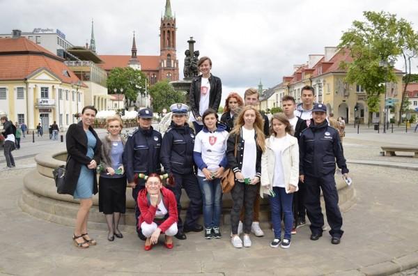 Reprezentanci III LO z wicedyrektorem szkoły p. Barbarą Kalinowską oraz policjantkami i animatorką podczas Ogólnopolskiego Głosu Profilaktyk