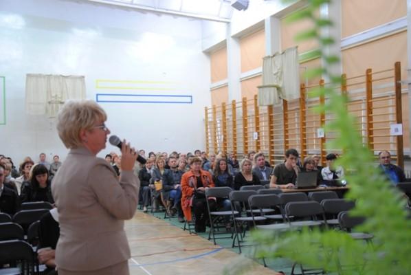 Pani Małgorzata Górniak – Dyrektor III LO przedstawia rodzicom uczniów klas pierwszych koncepcję pracy szkoły