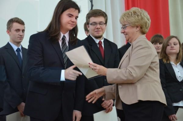 Pani Dyrektor Małgorzata Górniak wręcza akt stypendialny Pawłowi Kaczmarskiemu, ucz. kl. II a