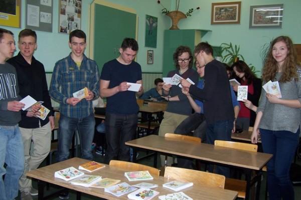Uczniowie kl. III f z zakupionymi pocztówkami