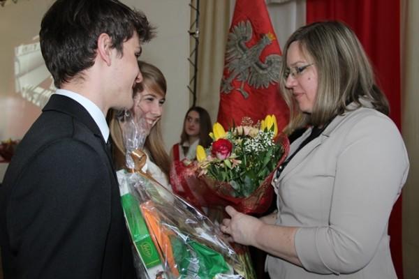 Pani Wicedyrektor Ewa Zaniewska przyjmuje podziękowania od maturzystów