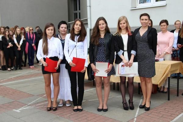 Uczennice kl. 0g, które uzyskały średnią 5,0 i wyżej oraz Pani Wicedyrektor Barbara Kalinowska i wychowawczyni klasy p. Katarzyna Nocna