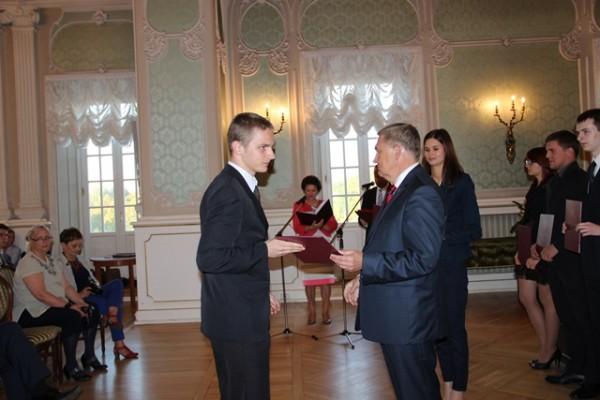 Adam Kacper Rzeńca, ucz. kl. III c odbiera akt stypendialny z rąk Tadeusza Truskolaskiego – Prezydenta Miasta Białegostoku