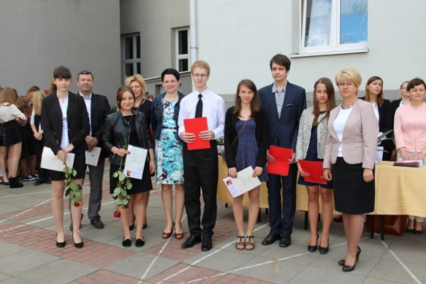 Uczniowie kl. I b, którzy uzyskali średnią 5,0 i wyżej oraz Pani Dyrektor Małgorzata Górniak i wychowawczyni klasy p. Beata Parciak