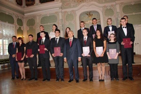 Adam Kacper Rzeńca, ucz. kl. III c (czwarty w górnym rzędzie) i  Karol Waleśkiewicz, ucz. kl. II i (piąty w górnym rzędzie)