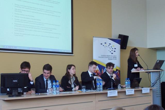 Prowadzący obrady Europejskiego Parlamentu Młodzieży