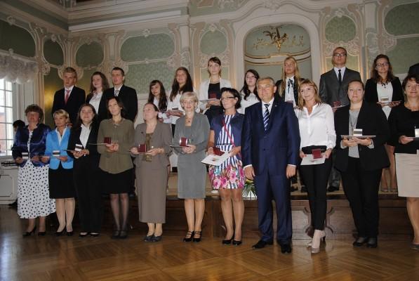 Pani Małgorzata Kulikowska i Patryk Wróblewski wraz z Prezydentem Miasta Białegostoku Tadeuszem Truskolaskim