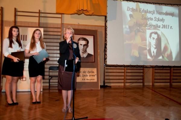 Pani Dyrektor Małgorzata Górniak uroczyście rozpoczyna Dzień Edukacji Narodowej
