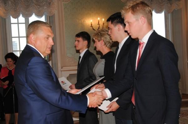 Prezydent Miasta Białegostoku Tadeusz Truskolaski wręcza akty stypendialne uczniom III LO