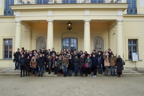 Uczniowie klas biologiczno-chemicznych przed Uniwersytetem Medycznym w Białymstoku