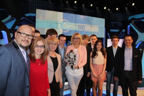 """Młodzież III LO wraz z Panią Dyrektor Małgorzatą Górniak i opiekunami w studiu programu TVP1 """"Świat się kręci"""""""