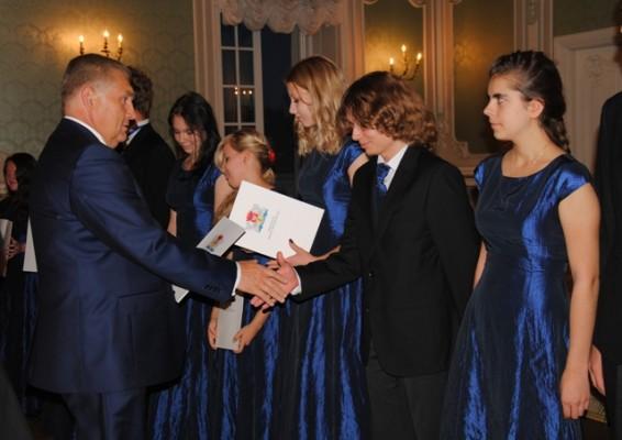 Prezydent Miasta Białegostoku Tadeusz Truskolaski wręcza akty stypendialne w dziedzinie twórczości artystycznej