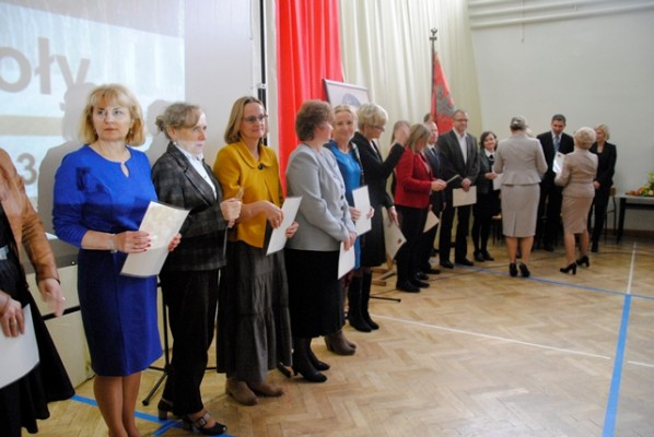 Pani Dyrektor Małgorzata Górniak i Pani Wicedyrektor Ewa Zaniewska wręczają nagrody dyrektora szkoły