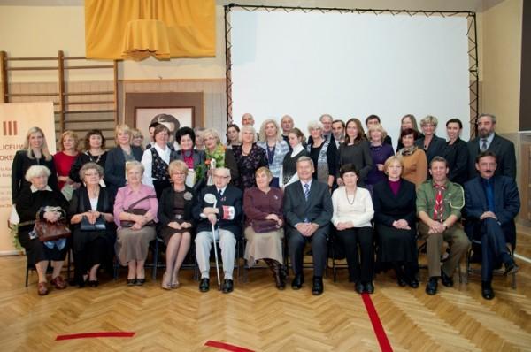 Dyrekcja, rada pedagogiczna, emerytowani nauczyciele oraz zaproszeni goście