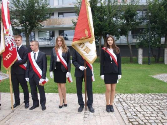 Poczet sztandarowy III LO, na zdjęciu od prawej: Magda Medyk z kl. II a, Marcin Chomicki z kl. III g, Marta Koreniecka z kl. III e