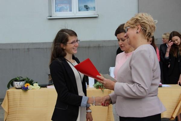 Pani Dyrektor Małgorzata Górniak wręcza list gratulacyjny Barbarze Skrzypko, ucz. kl. I d
