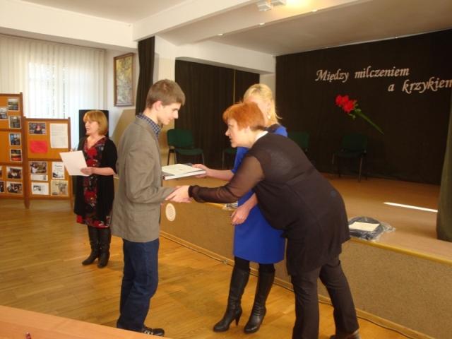 Przemysław Dębowski odbiera dyplom i nagrodę