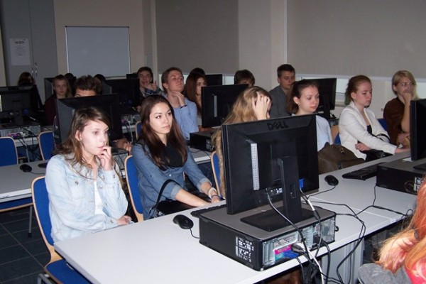 Uczniowie III LO podczas wykładu