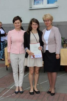 Uczennica kl. I d, która uzyskała średnią powyżej 5,0 oraz Pani Dyrektor Małgorzata Górniak i wychowawczyni klasy p. Iwona Waszczuk