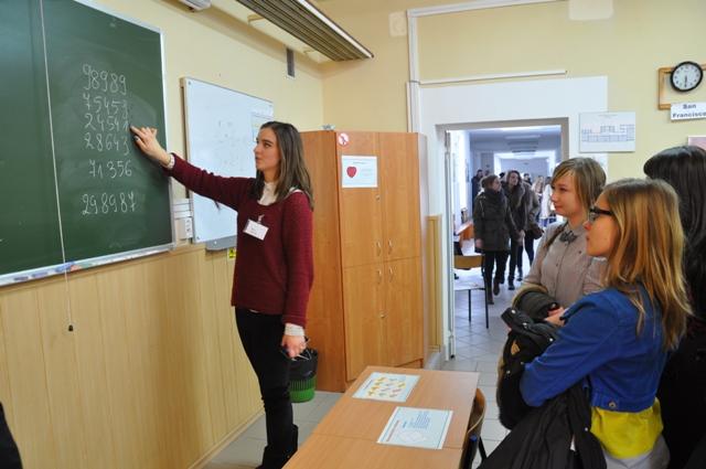 Uczennica III LO tłumaczy gimnazjalistom zawiłości matematyki