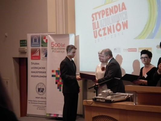 Piotr Raczkowski z kl. III g odbiera dyplom z rąk Jacka Piorunka członka Zarządu Województwa Podlaskiego