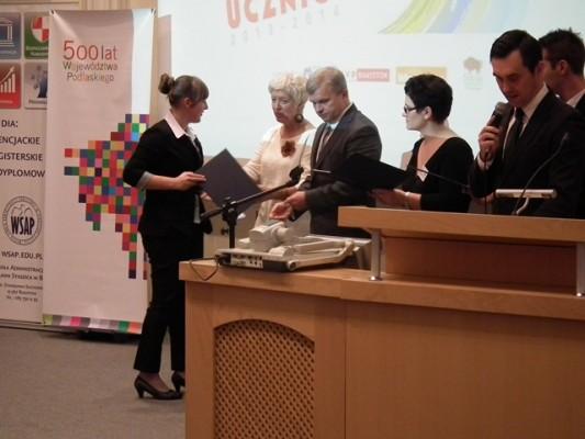 Justyna Czarnowicz, absolwentka III LO odbiera gratulacje od Pani Wiceprezydent Łomży Mirosławy Kluczek