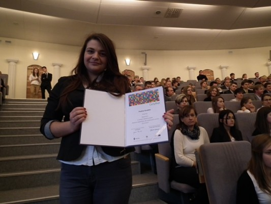 Paulina Grodzka z certyfikatem stypendialnym