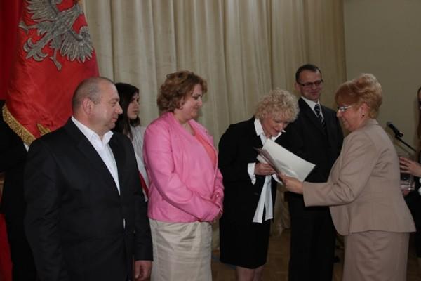 """Pani Dyrektor Małgorzata Górniak składa podziękowania rodzicom wyróżnionym tytułem """"Przyjaciel Trójki"""""""