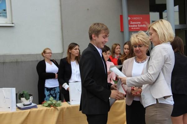Pani Dyrektor Małgorzata Górniak oraz wychowawczyni klasy I h p. Sylwia Żylińska-Awruk wręczają list gratulacyjny Pawłowi Halickiemu, który uzyskał średnią ocen 5,0
