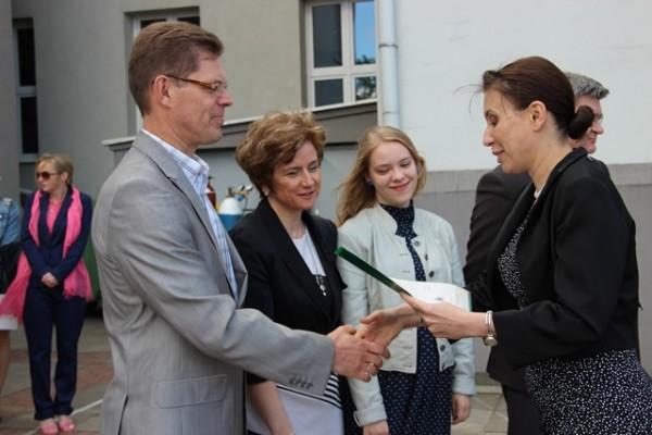 Pani Wicedyrektor Barbara Kalinowska składa gratulacje rodzicom Karoliny Prusiel z kl. II a, która uzyskała średnią ocen 5,0