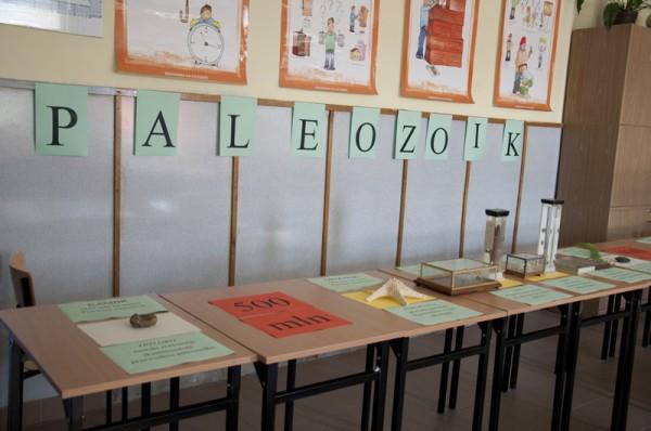 W sali geograficznej geograficznej gimnazjaliści poznawali dzieje Ziemi