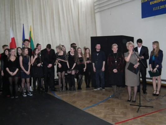 Pani Dyrektor Małgorzata Górniak dziękuje uczniom i nauczycielom z VII LO za występ