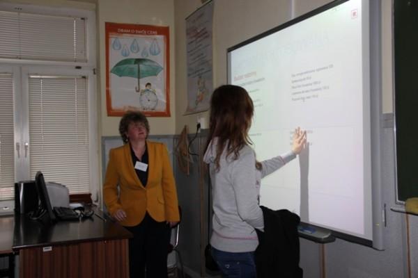 Pani Małgorzata Kulikowska prezentuje ćwiczenia z zakresu ekonomii praktycznej