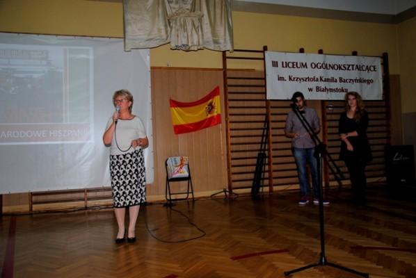Pani Dyrektor Małgorzata Górniak wita zgromadzonych gości na uroczystym apelu z okazji Święta Narodowego Hiszpanii