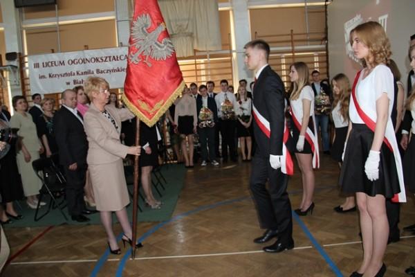 Pani Dyrektor Małgorzata Górniak podczas uroczystego przekazywania sztandaru szkoły nowemu pocztowi sztandarowemu