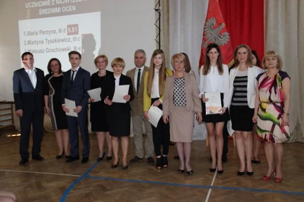 Uczniowie, którzy ukończyli III LO z najwyższą średnią ocen wraz z rodzicami, Panią Dyrektor Małgorzatą Górniak oraz wychowawcami
