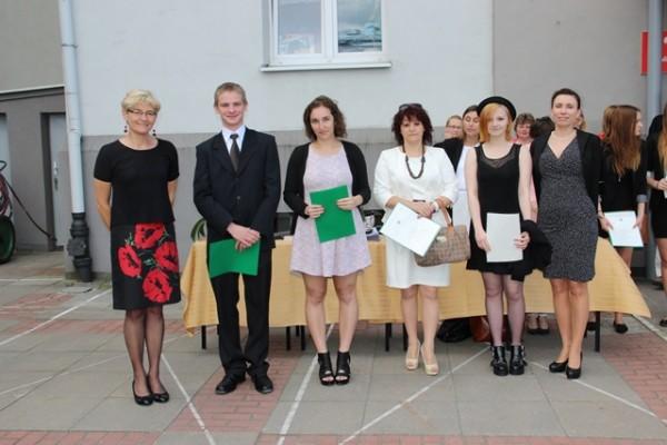 Uczniowie kl. II c, którzy uzyskali średnią 5,0 i wyżej oraz Pani Wicedyrektor Barbara Kalinowska i wychowawczyni klasy p. Anna Murawska