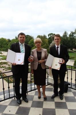 Pan Grzegorz Dąbrowski, Pani Dyrektor Małgorzata Górniak i Piotr Franciszek Raczkowski – absolwent III LO