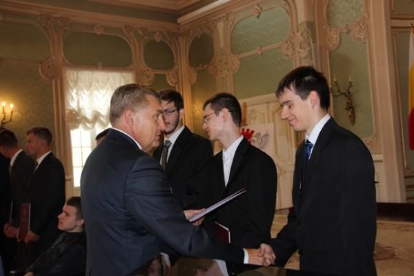 Tadeusz Truskolaski – Prezydent Miasta Białegostoku składa gratulacje Michałowi Goworko, ucz. kl. III b