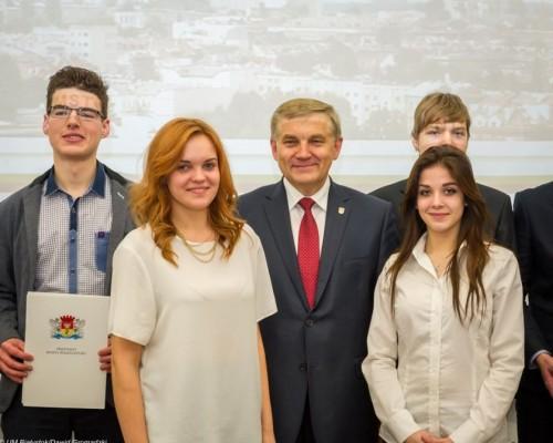 Uczennica klasy 3b Martyna Nitkiewicz, nasz absolwent Jakub Czarniecki z Prezydentem