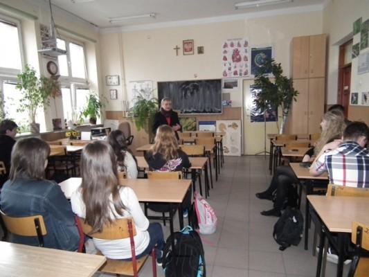 """Pani Lucy Lisowski prowadzi warsztaty """"Płaszczyzny wielostronnej współpracy pomiędzy Izraelem a Unią Europejską"""""""