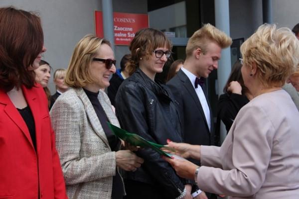 Pani Dyrektor Małgorzata Górniak wręcza list gratulacyjny pani Grażynie Kudelskiej-Pasławskiej i składa gratulacje Marcie Pasławskiej, ucz. kl. II e, która uzyskała średnią ocen 5,33