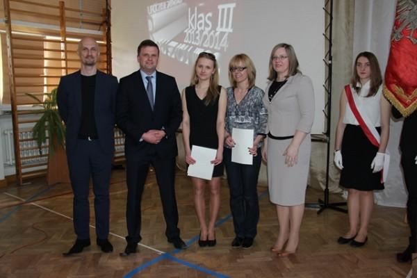 Uczennica kl. III b, która ukończyła szkołę ze średnią 5,0 i wyżej wraz z mamą oraz wychowawca klasy p. Dariusz Kuźniewski i Pani Wicedyrektor Ewa Zaniewska