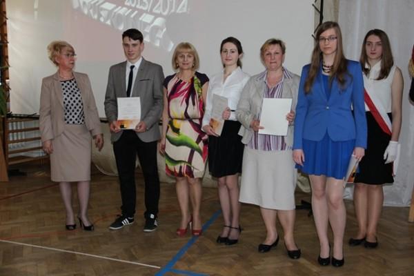 Uczniowie kl. III c, którzy ukończyli szkołę ze średnią 5,0 i wyżej wraz z rodzicami oraz wychowawczyni klasy p. Joanna Kamocka i Pani Dyrektor Małgorzata Górniak