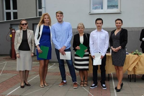 Uczniowie kl. II f, którzy uzyskali średnią co najmniej 5,0, rodzice oraz Pani Wicedyrektor Barbara Kalinowska i wychowawczyni klasy p. Grażyna Kudelska-Pasławska