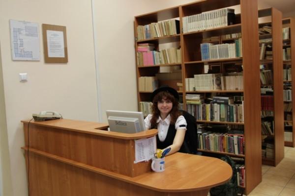 Patrycja Goworko z kl. III f opowiadała gimnazjalistom o bibliotece III LO