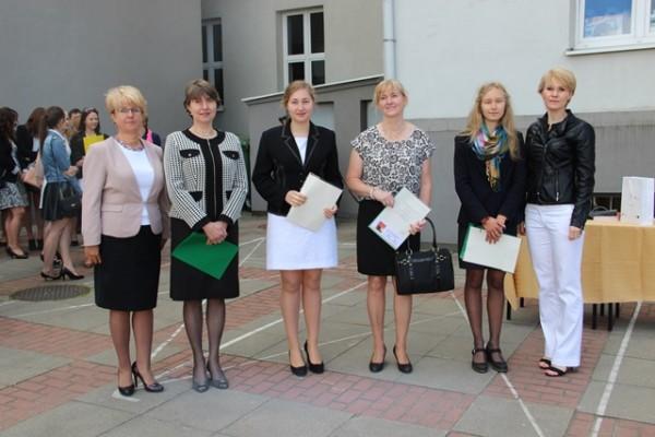 Uczennice kl. II g, które uzyskały średnią co najmniej 5,0, rodzice oraz Pani Dyrektor Małgorzata Górniak i wychowawczyni klasy p. Katarzyna Dral